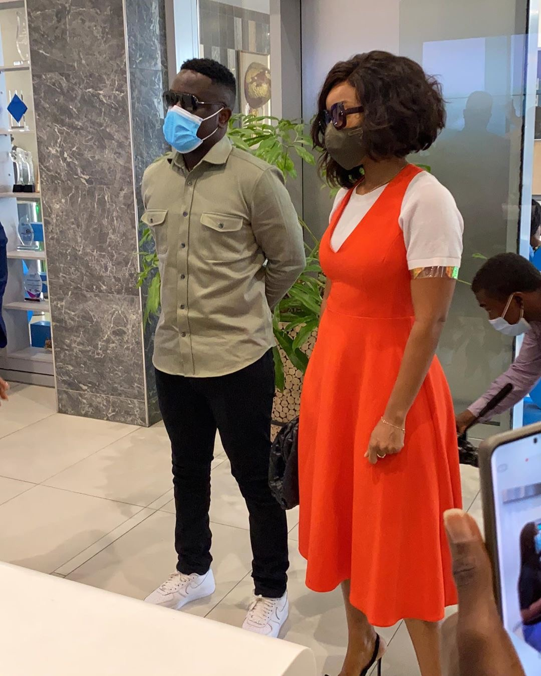 #SCMobile Sarkodie And Joselyn Duma Takes A Tour Inside Standard Chartered New Office In Osu As Brand Ambassadors